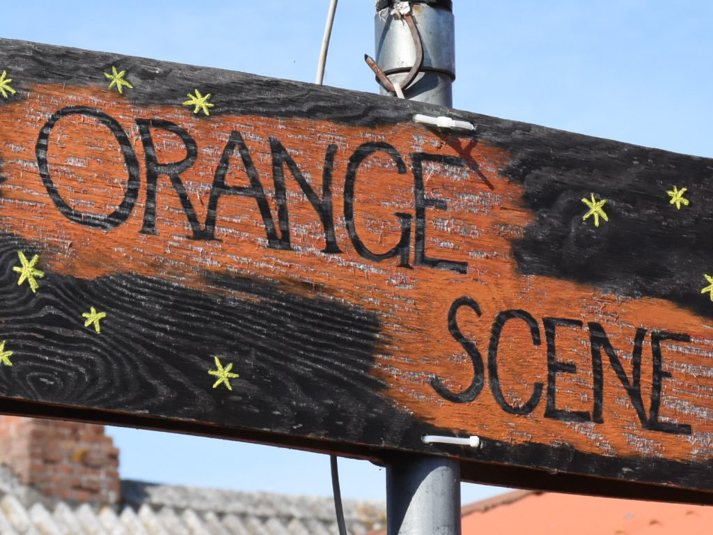 Orange scene i Lundeborg