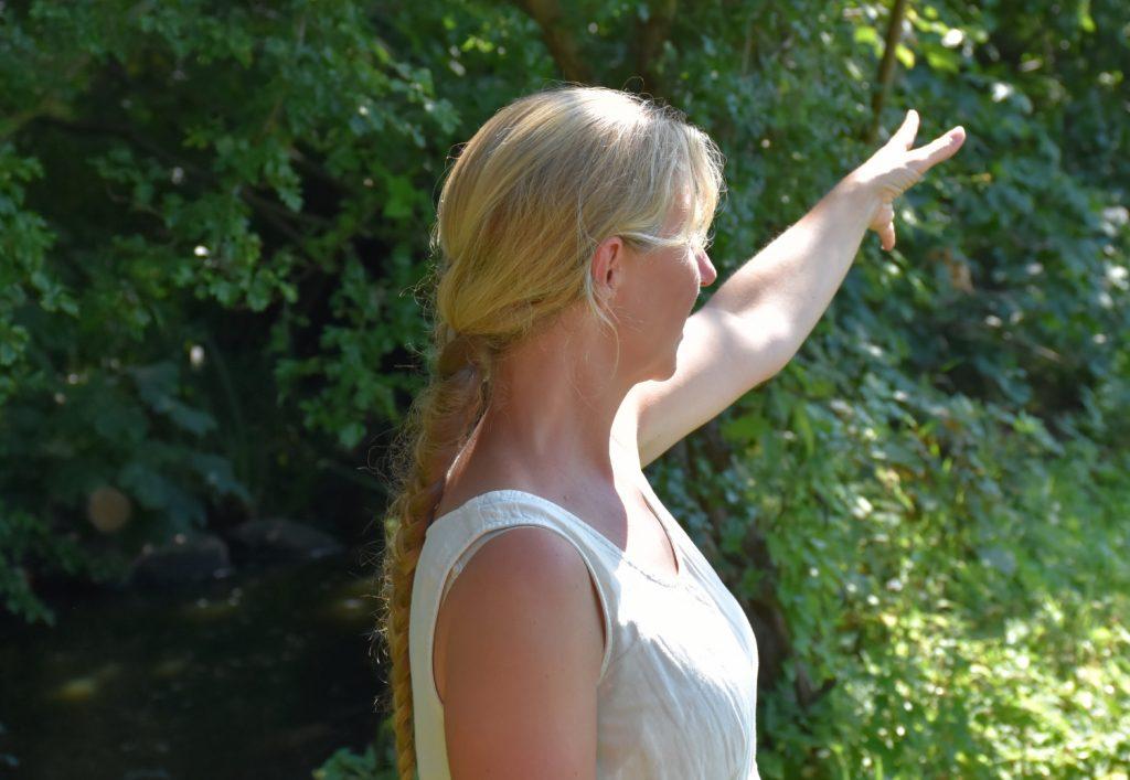 Eva viser vej i plantagen