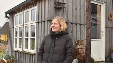 Tenna ved hendes Tiny House på Sydfyn